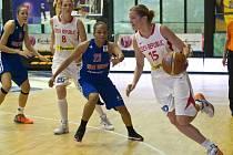 Eva Vítečková (s míčem) bude výkony svých nástupkyň na MS hráček do 17 let v Plzni a Klatovech sledovat prostřednictvím internetu až z dalekého Japonska