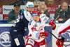 Útočník juniorky Indiánů Marek Rubner (v modrém) hrál v neděli proti Třinci první zápas extraligy mužů.