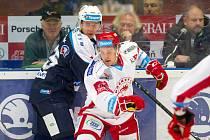 Útočník juniorky Indiánů Marek Rubner (v modrém)