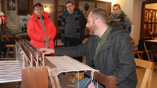 Michal Chmelenský ukazuje tkalcovský stav, kde si mohou lidé zkusit tkaní