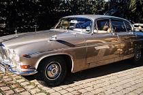 Odcizený zlatý Jaguar z roku 1968.