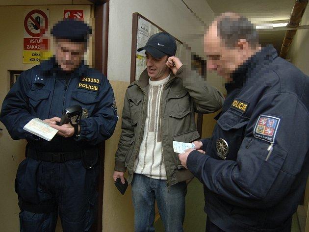 Cizinecká policie provádí kontrolu v ubytovně na Karlově.