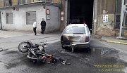Po nehodě v areálu Škody hořelo auto i motorka