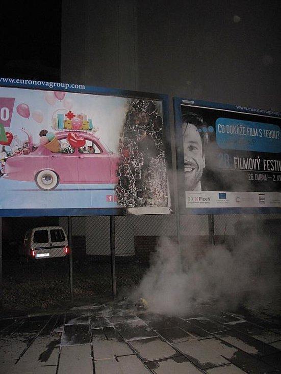 Na Anglickém nábřeží poškodily plameny i reklamní poutač