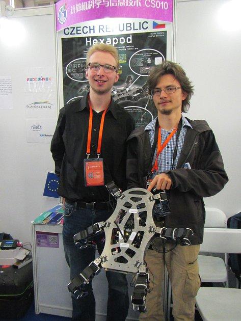 Ondřej Brichta a Milan Malina (vlevo na snímku) vymysleli a sestrojili šestinohého kráčivého brouka, snímž zvítězili na Mezinárodní vědecké soutěži vČíně.