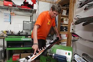 Lyžařští nadšenci v těchto dnech míří do ski servisů, kde si nechávají připravit své sportovní náčiní