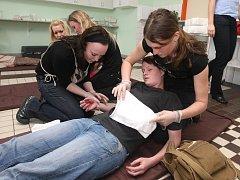 Zachránili život, i když jenom jako, se včera v rámci soutěže první pomoci snažili studenti Střední zdravotnické školy v Plzni. Při zásahu týmů rozhodovala rychlost, přesnost a rozhodnost