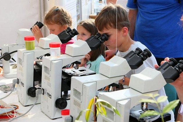 Návštěvníci Dnů vědy a techniky sobdivem přihlíželi chemickým pokusům