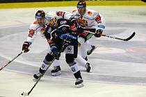 Uspějí znovu? Hokejisté Plzně (na archivním snímku v modrém) by rádi navázali na poslední zápas se Spartou, kdy ji porazili 4:3 v prodloužení.