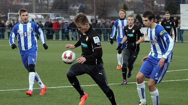 Fotbalisté Viktorie Plzeň (černé dresy) zdolali v přípravě Domažlice 3:1.