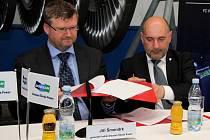 Viktoria Plzeň podepsala na další dva roky smlouvu s generálním partnerem Doosan Škoda Power. Na snímku generální ředitel společnosti Jiří Šmondrk (vlevo) a prezident Viktorie Tomáš Pacík
