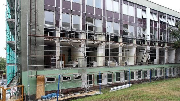 Plášť jídelny  na Doubravce se musí odstranit. Boletické desky, z nichž byl pavilon před 43 lety postaven, obsahují nebezpečný azbest.