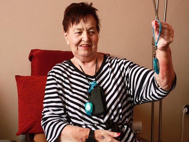 Marie Tůmová (na snímku) nosí tlačítko s alarmem neustále na krku, aby ho mohla kdykoliv použít.