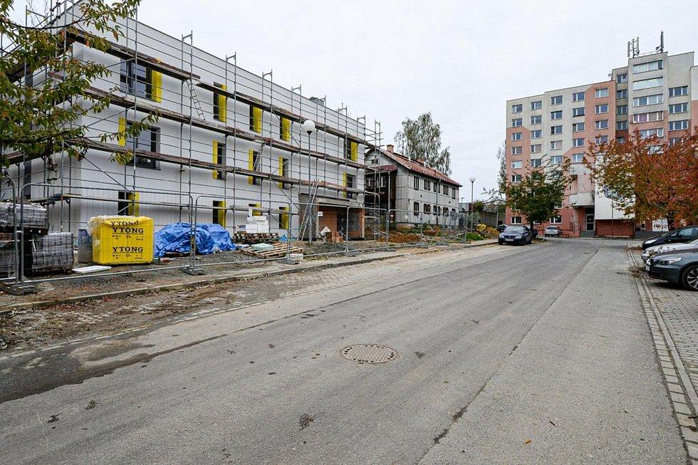 Osm z osmnácti domů, které město Plzeň staví v lokalitě Zátiší ve Skvrňanech už má hotovou hrubou stavbu. Ve dvou etapách vzniknce celkem 183 bytů o velikosti 1+kk a 2+kk pro lidi, kteří získávají obtížně nájemní nebo vlastní bydlení na komerčním trhu.