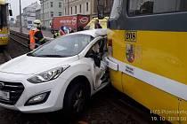 Nehoda tramvaje s osobním vozem