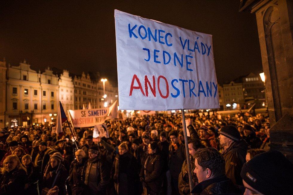 Lidé protestovali proti Ondráčkovi, na náměstí Republiky podepisovali petici.