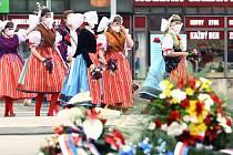 Krátký vzpomínkový akt u pomníku Díky, Ameriko! v Plzni symbolicky zakončil ve středu 6. května Slavnosti svobody, jimiž si Plzeň připomíná letošní 75. výročí svého osvobození americkou armádou. Květiny k památníku položili plzeňský primátor Martin Baxa,