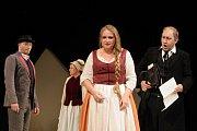 Ivana Veberová (v popředí) jako Mařenka v plzeňském nastudování Prodané nevěsty, které se ve Velkém divadle hraje v neděli 14. května naposledy.