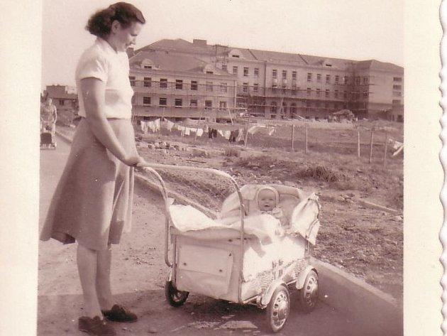 Helena Poutníková se svou osmiměsíční dcerou Helenkou poblíž 2. základní školy ve Schwarzově ulici.