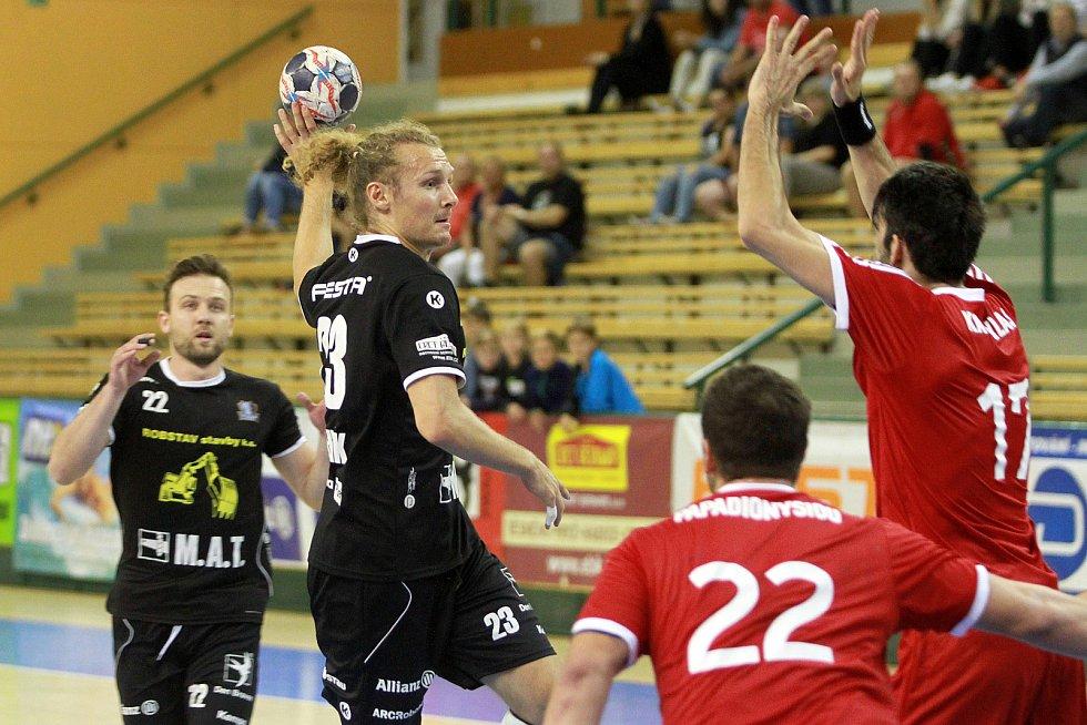 Jan Stehlík (v černém dresu s míčem)