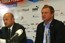 Generální manažer Adolf Šádek (na snímku vlevo) včera oznámil, žeViktoria si služby trenéra Pavla Vrby (vpravo) zajistila až do června 2015