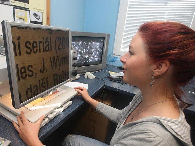 Tyfloservis nabízí spoustu pomůcek, které  zrakově postiženým pomohou k samostatnosti.  U stolní kamerové lupy si tak mohou přečíst texty, které by jejich  zrak jinak nedokázal rozluštit