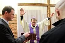 Plzeňský biskup Tomáš Holub novou vězeňskou kapli vysvětil