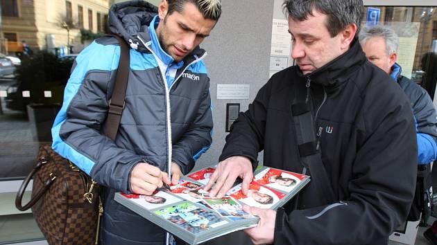 Z prosluněné jižní Itálie do české ´kosy´ dnes po poledni přiletěli fotbalisté SSC Neapol.
