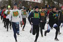 Téměř sto třicet  účastníků vyrazilo  o Štědrém dni na  trať  Lobezského botokrosu. Na snímku zcela vpravo zdolává  první metry  biker  Milan Spěšný