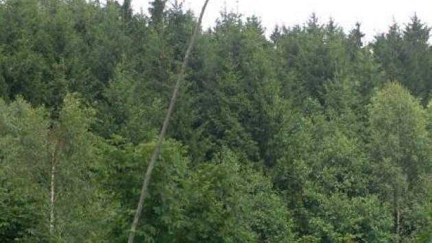 Na louce u Míšova, kde má stát radarová základna, se v úterý na vysokém stožáru objevila česká vlajka. Měla zřejmě vyjadřovat nesouhlas lidí s umístěním radaru u obce