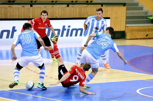 Tomáš Štverák (vzadu v modrobílém), Tomáš Vnuk (vlevo) a Michal Holý se podíleli na vítězství futsalistů Interobalu nad Jeseníkem. Snímek je ze zápasu s Chrudimí.