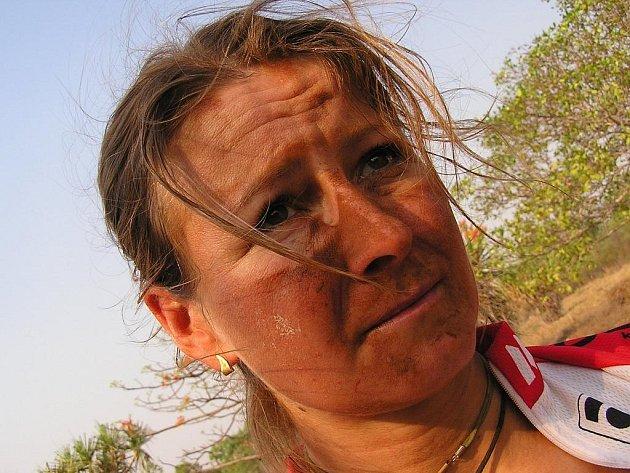 Po šichtě.  Výraz ve tváří Evy Haškové v cíli jedné z etap Crocodile Trophy je víc než výmluvný.
