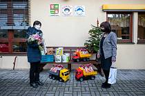 Děti z Trnové dostaly od hejtmanky mikulášskou nadílku i vánoční dárky.