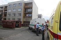 V Palackého ulici v Přešticích vybuchla chlapci chemická sloučenina a vážně jej zranila