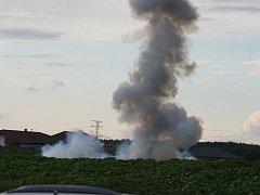 Zbylé chemikálie musel zneškodnit policejní pyrotechnik na sousedním slunečnicovém poli