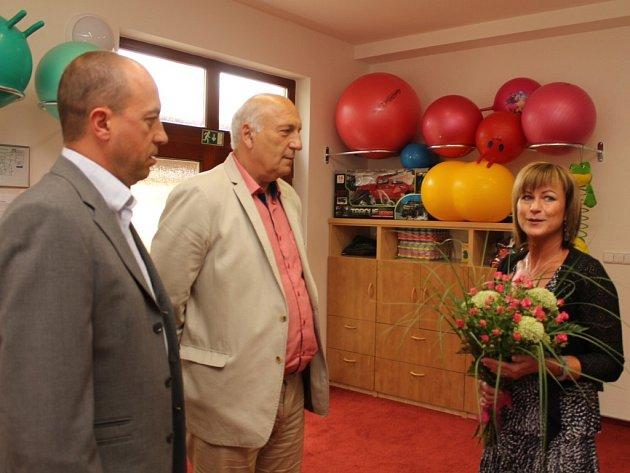 Jako první provedla ředitelka Helena Tichá přístavbou hejtma-na Václava Šlajse a náměstka pro oblast zdravotnictví Václava Šimánka, kteří na otevření přijeli s předstihem