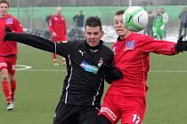 Útočník Viktorie Michal Ďuriš (vlevo) bojuje se soupeřem v sobotním přípravném utkání proti Ústí nad Labem.