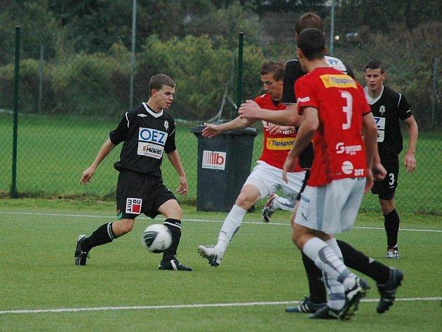 Fotbalisté juniorky Viktorie Plzeň (v červených dresech) zdolali v neděli béčko Jablonce na domácím trávníku 1:0