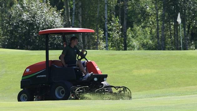 Správce zavlažuje green na golfový turnaj žen