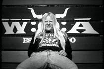 """""""Poslední Ozzyho fotka z krásného sobotního odpoledne na letošním festivalu v německém Wackenu. Když jsem Ozzymu ukázala lavičku s rohy, moc se mu líbila a musel na ní mít fotku,"""" řekla k snímku jeho autorka, fotografka Alice Ramešová"""