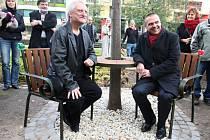 Bořek Šípek (vlevo) navrhl Lavičku Václava Havla. Na snímku s náměstkem pro kulturu Martinem Baxou.