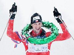 Martin Jakš oslavuje při Šumavském skimaratonu triumf  v závodě na 43 kilometrů klasickým stylem