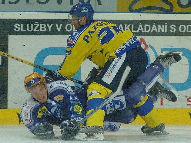 Plzeňský obránce Cartelli se ocitl na ledě po tvrdém zákroku ústeckého útočníka Pazourka (vpravo).
