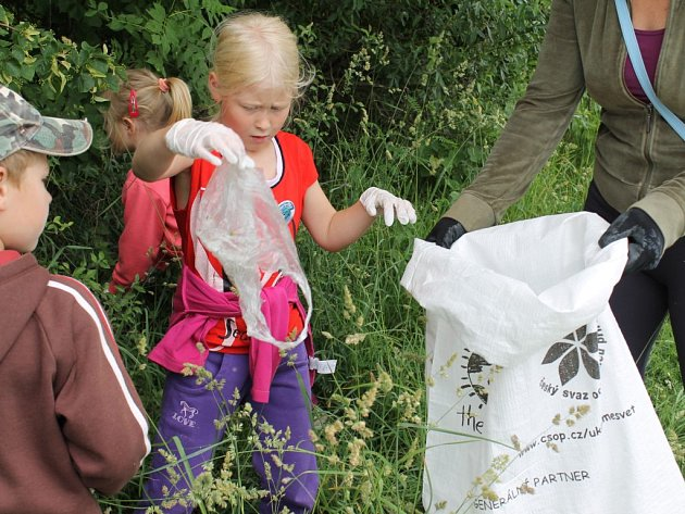 ŠUP DO PYTLE. Děti uklízí břehy Úhlavy v Přešticích na akci pořádané místním oddílem vodáků TOM.