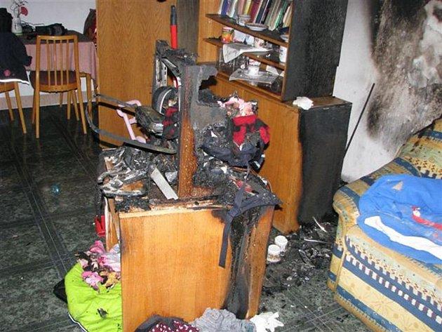Následky požáru v bytě v Lábkově ulici v Plzni, který způsobila svíčka