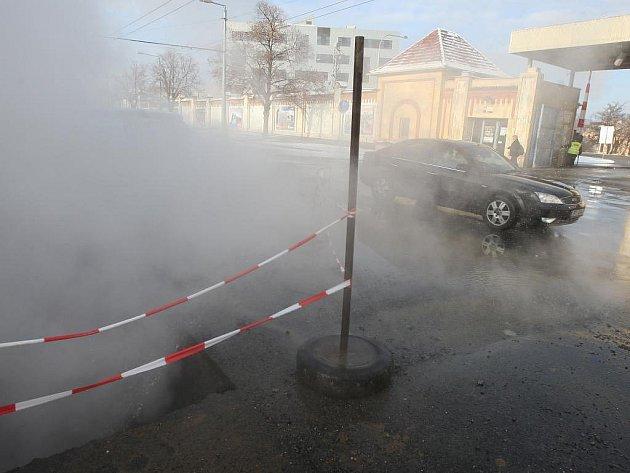 Ve čtvrtek dopoledne zahalila Borskou ulici mlha. Dělníci tu totiž opravovali poškození horkovodu