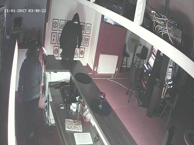 Lupiče zachytila v herně bezpečnostní kamera