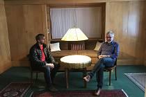Kameraman David Cysař (vlevo) s režisérem Alešem Kisilem v Brummelově domě.