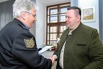 Za svůj čin převzal Václav Pach (na snímku vpravo) ocenění od velitele Městské policie Plzeň Karla Macha.