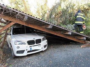 Vichřice napáchala škody v celém kraji.